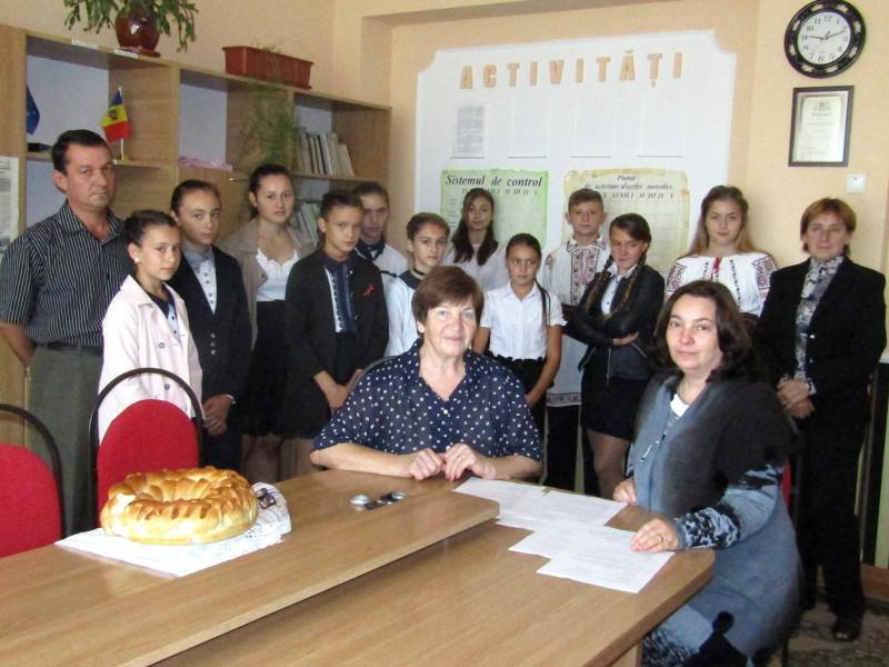 În imgine Elena-Lacrimioara Danalache în vizită la GM Oneşti R. Moldova