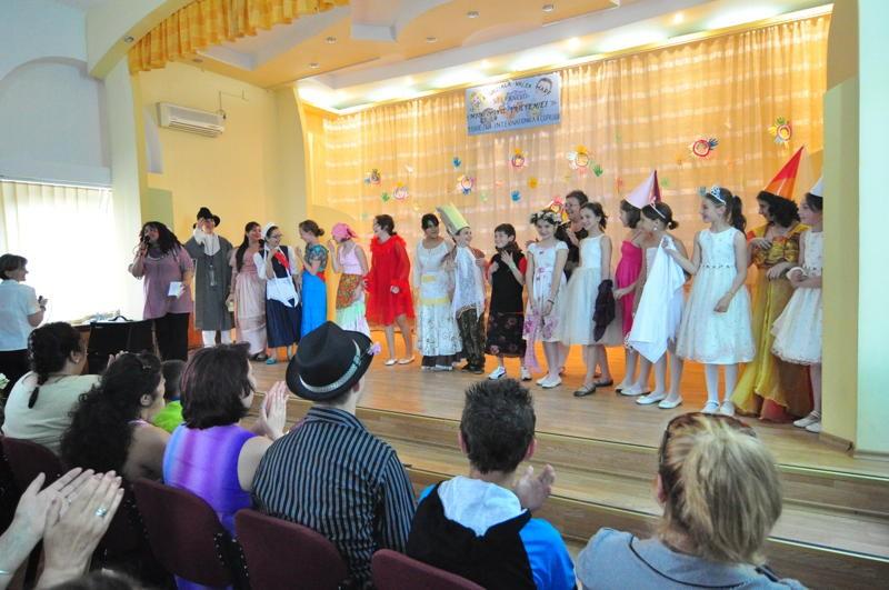 Imagini din spectacolul sustinut de elevii Scolii Speciale Valea Mare