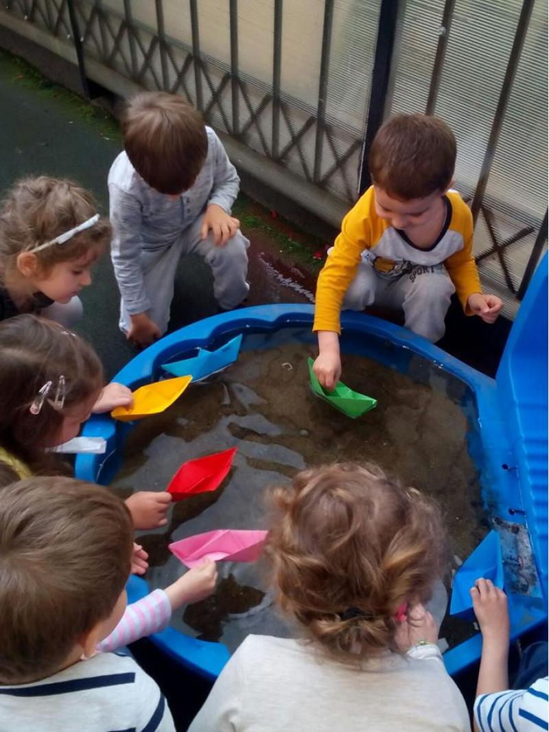 """,,După confecționarea bărcuței am pus-o pe apă să vedem cum plutește"""""""