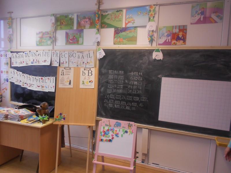 Fotografiile reprezintă spaţiile în care îşi desfăşoară activitatea clasele pregătitoare.