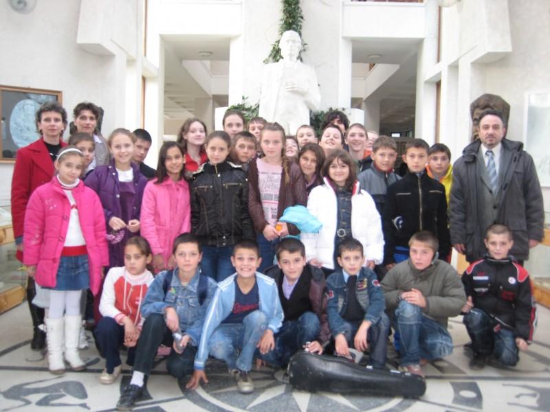 """Elevii clasei aV-a A Scoala ,,D.D.Patrascanu"""" Tomesti si elevii clasei aV_a Scoala Chicerea judetul Iasi la Muzeul Mihai Eminescu"""