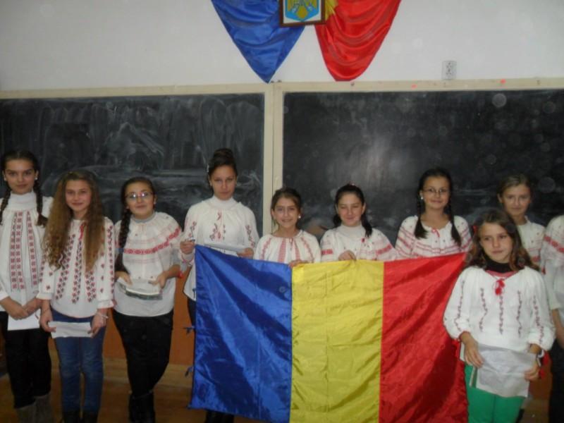 """Elevii Școlii Gimnaziale Șerbănești au sărbătorit și anul acesta Ziua Națională a României.Îmbrăcați în ia tradițională au susținut referate cu tema """"Semnificația zilei de 1 Decembrie"""",au recitat poezii și au cântat imnul."""