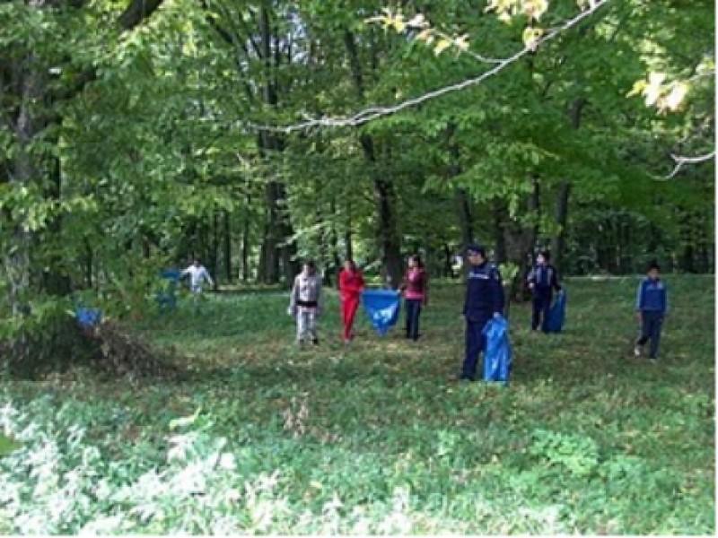 Activitate ecologică, în Parcul Dendrologic Văleni, com. Văleni, jud. Neamţ..