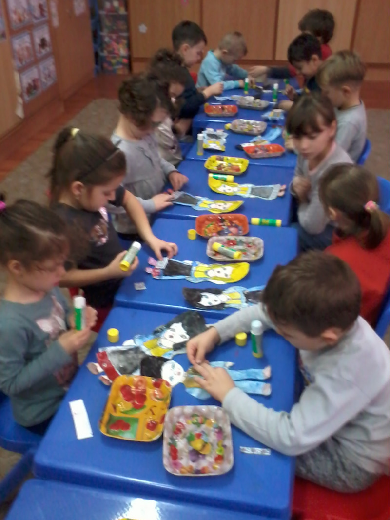 Preșcolarii grupei mari de la Gpp 6 au desfășurat activități dedicate Centenarului României, astfel încât au învățat despre însemnele țării, despre costumul popular, obiecte de artizanat (ulcica), au modelat și pictat lut. Deoarece au lucrat cu bucurie și plăcere, expoziția ce-a însumat toate rezultatele muncii lor, a fost una deosebită și plină de spirit românesc.