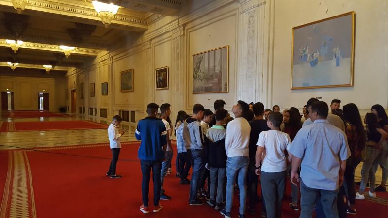 """Cu ocazia săptămânii """"SĂ ȘTII MAI MULTE SĂ FII MAI BUN"""", a fost organizată excursie la București unde s-a vizitat Palatul parlamentului și Parcul Herăstrău."""