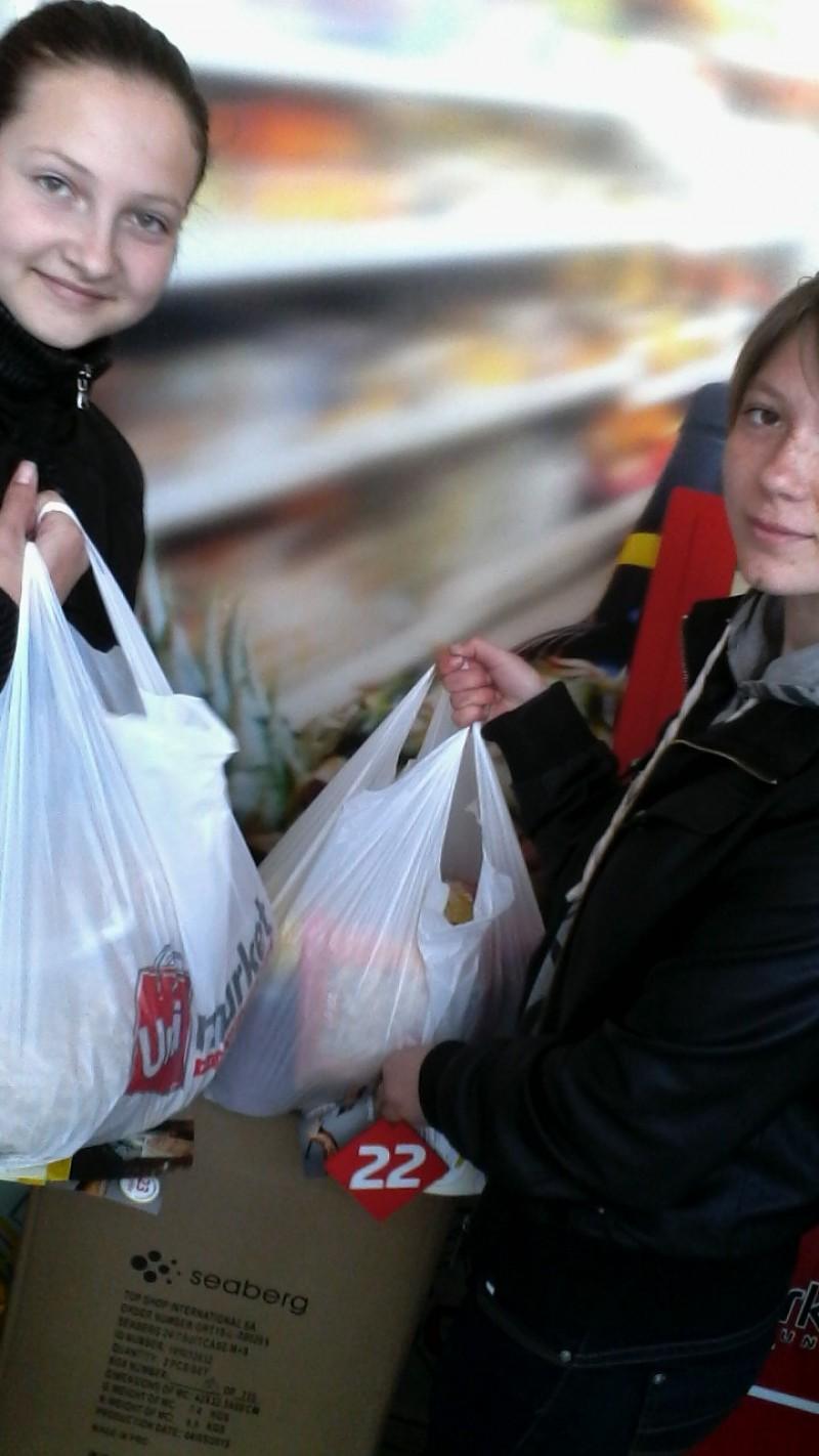 Elevele noastre - voluntari, după cumpărăturile necesare