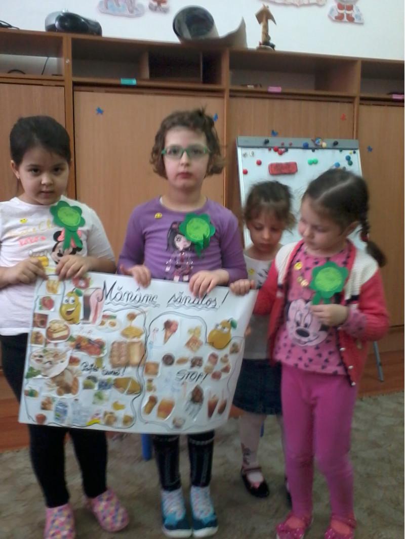 """Preșcolarii au lucrat în echipe pentru realizarea unor postere  pe 3 direcții importante legate de ideea unui trai sănătos și anume -,,Mâini curate înseamnă sănătate"""", ,,De fac mișcare câte un pic, voi crește mare și voinic"""" și ,,Mănânc sănotos"""". La final, fiecare echipă și-a prezentat munca  și și-au argumentat alegerile,  ideile fiind completate și discutate cu copiii din celelalte echipe."""