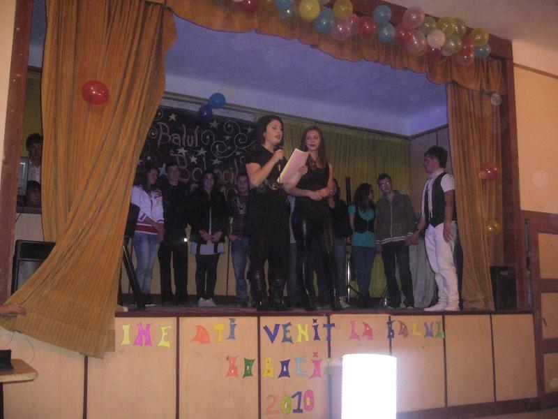 """Elevii clasei a XII-a Stiinte ale naturii au organizat o serbare """"Miss si Misster Boboc"""" pentru elevii clasei a IX a Stiinte ale naturii. Profesor indrumator Nicarel Anca 21 octombrie 2010"""