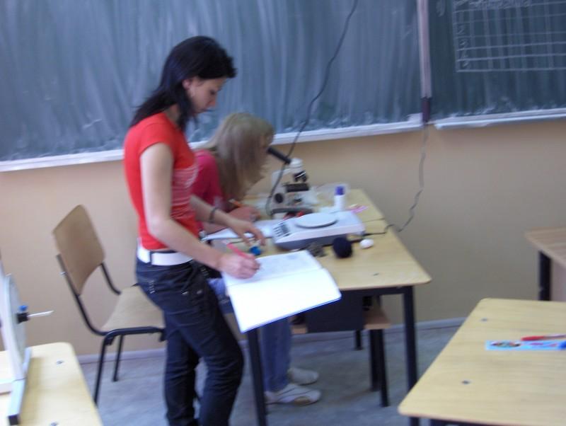 În orele de laborator tehnologic elevii învaţă să folosească tehnica modernă