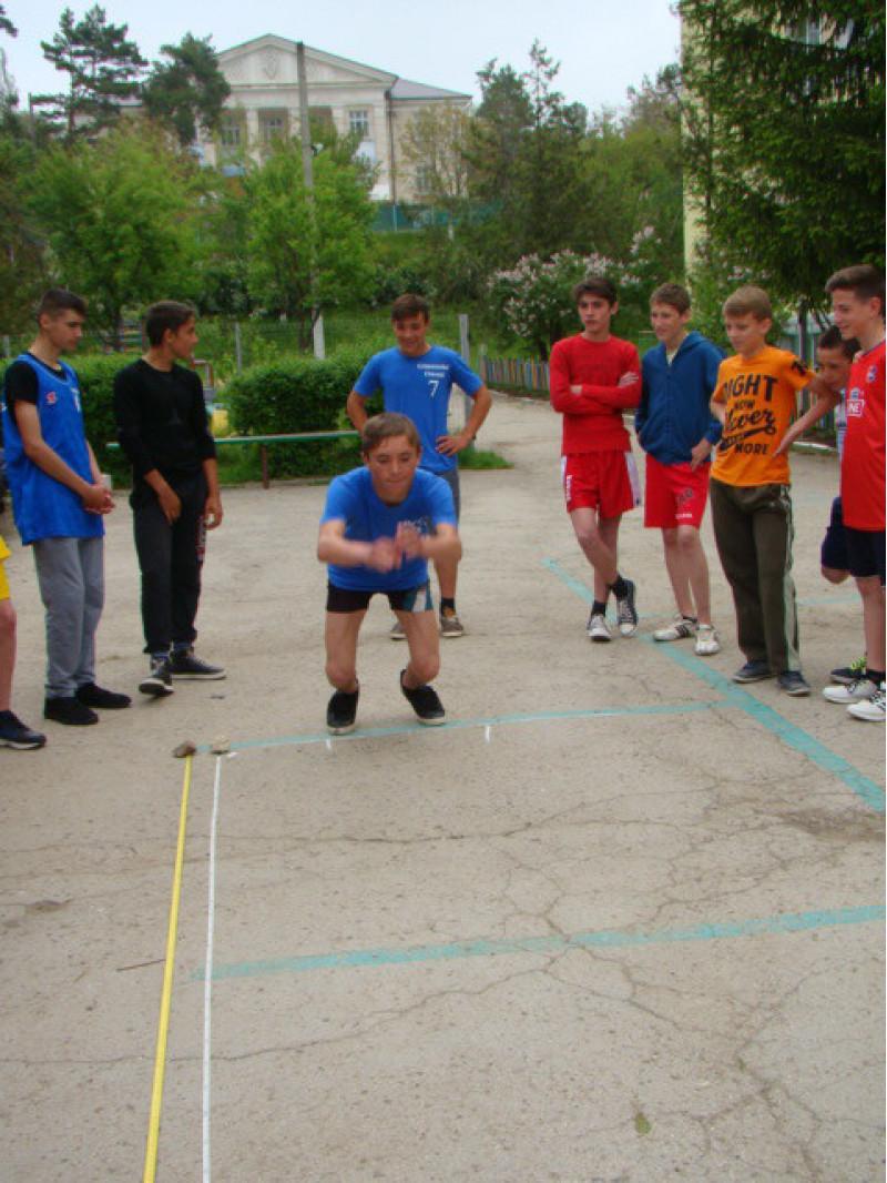 """""""Speranţe olimpice"""", elevii participă, antrenaţ de profesorul Dumitru Moşneaga"""
