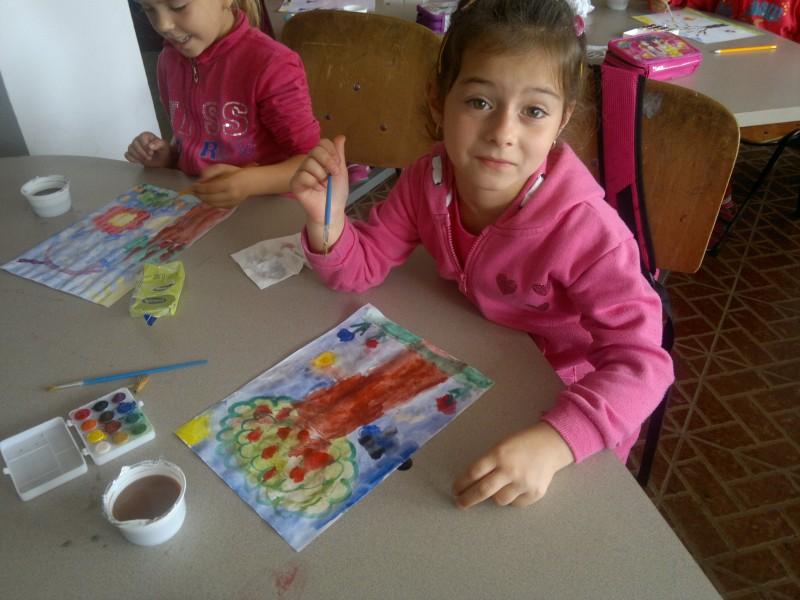 Ce mandra este de ceea ce a realizat aceasta fetita care s-a jucat cu multe culori ale toamnei.