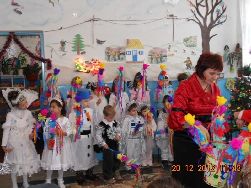 Pe un viscol napraznic, copiii insotiti de parintii lor, indrumati de doamna educatoare, au participat cu mult entuziasm la Serbarea de Craciun.