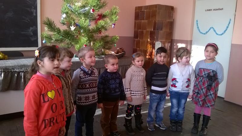 Si cei mai mici au pregatit colinde si poezii pentru Mos Craciun.