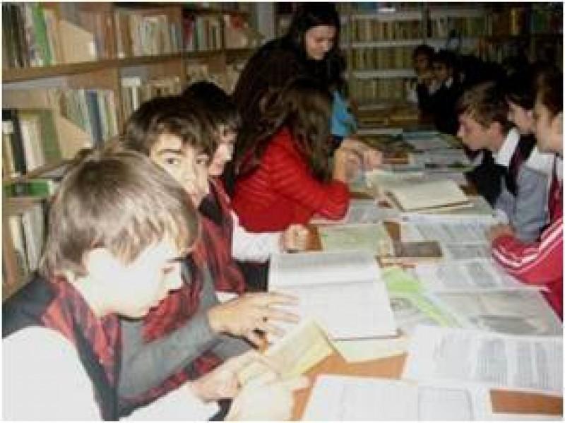 """Protocol de activitate cu ocazia desfăşurării activităţii cu tema: """" Mihail Sadoveanu"""",  Expoziţie de carte,  prezentarea de date bibliografice,  familiarizarea elevilor cu universul operei sadoveniene."""