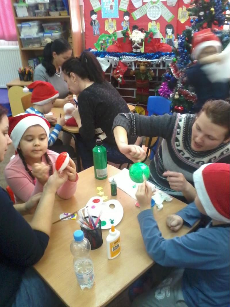 """Într-o atmosferă plăcută, preșcolarii grupei mari ,,Steluțele"""" au fost pentru o zi spiriduși în ,,Atelierul lui Moș Crăciun"""" în care, împreună cu ajutoarele lor (părinții) au realizat ornamente pentru brad. În acest context, rolurile au fost inversate astfel încât copiii au fost cei care au luat deciziile, acest fapt fiind la pachet cu asumarea deciziilor luate și a rezultatelor obținute pe baza acestor decizii."""