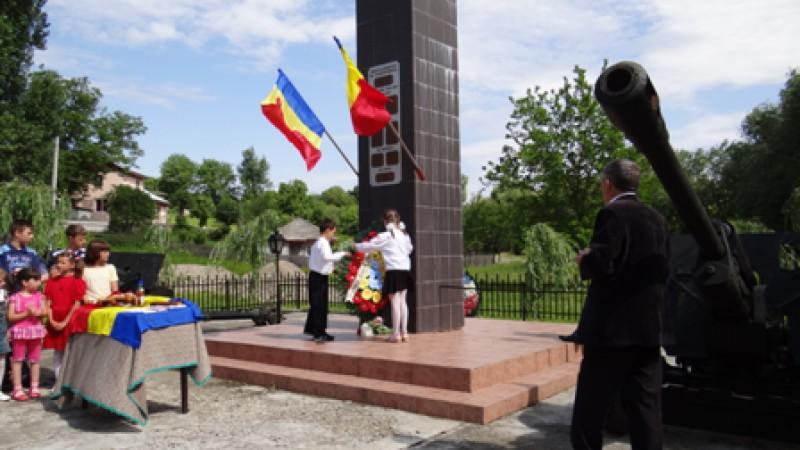 Elevii Scolii cu clasele I - VIII Valeni.  Ziua eroilor - 02.06.2011, comuna Valeni, judetul Neamt