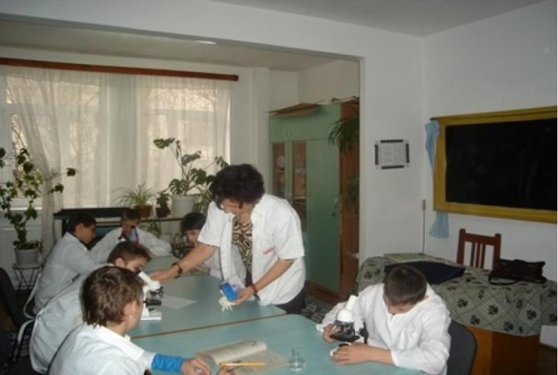 Școala dispune de un laborator dotat cu mobilier și echipament specific, în care se desfășoară orele de biologie-fizică-chimie.