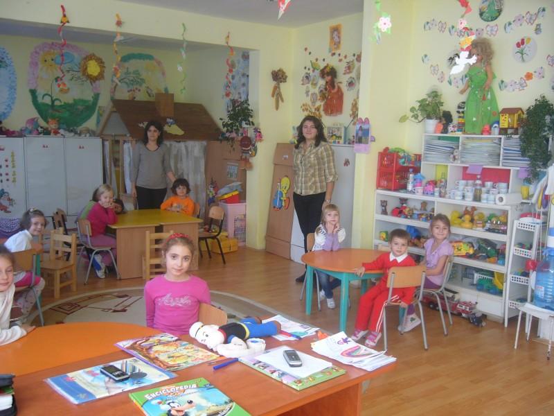 In sala de grupa impreuna cu domnisoara educatoare Marinela Bursuc.