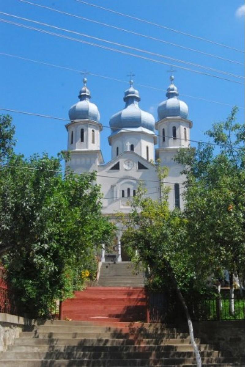 """Catedrala Sfânta Maria este prima finalizată după Revoluţia din 1989, cel puţin în judeţele Satu Mare, Maramureş, Sălaj şi Bihor. Lăcaşul este amplasat, tot pe locul fostelor biserici, pe culmea dealului, la circa 250 m de centrul oraşului ceea ce îi dă o notă de """"regină"""" prin impozanţa şi amplasamentul său."""