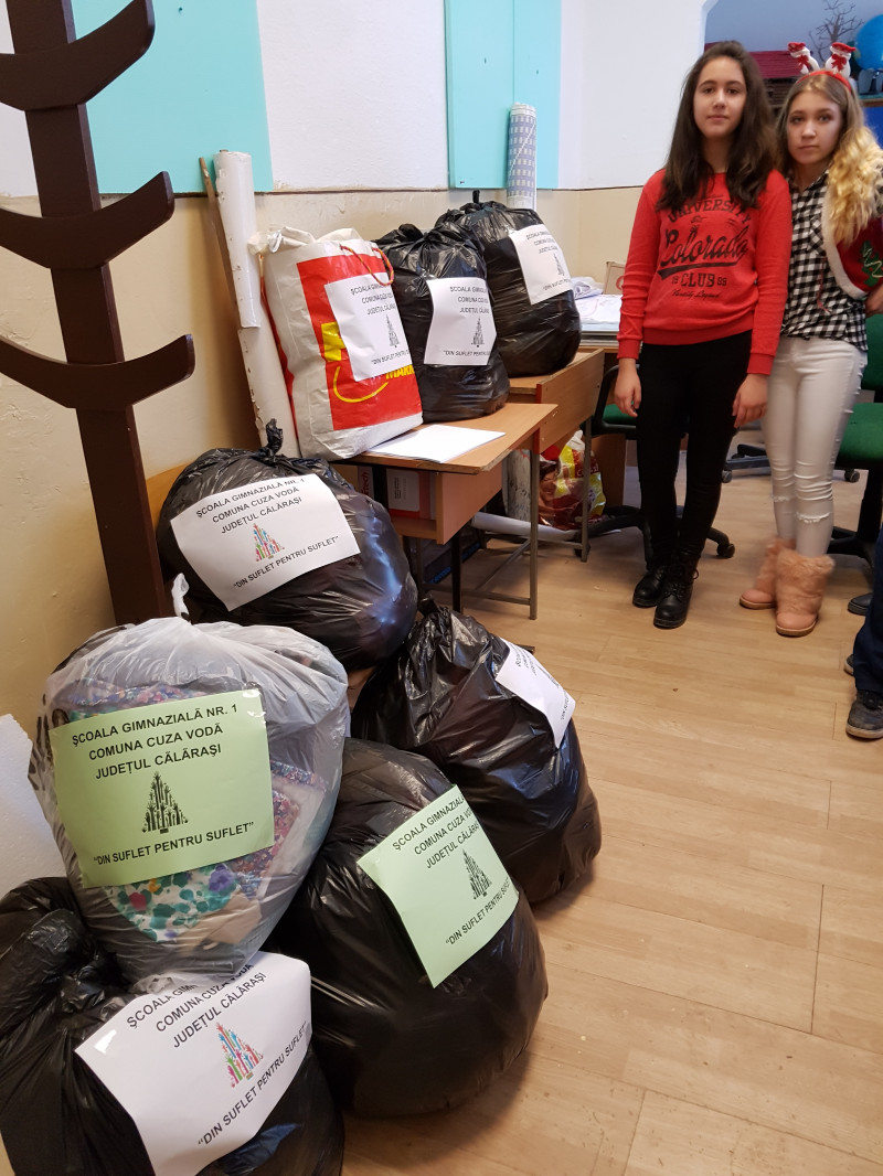 In cadrul parteneriatului educational dintre Scoala Cuza Voda si Crucea Rosie Calarasi, elevii au donat imbracaminte si jucarii pentru familiile cu situatie materiala precara.