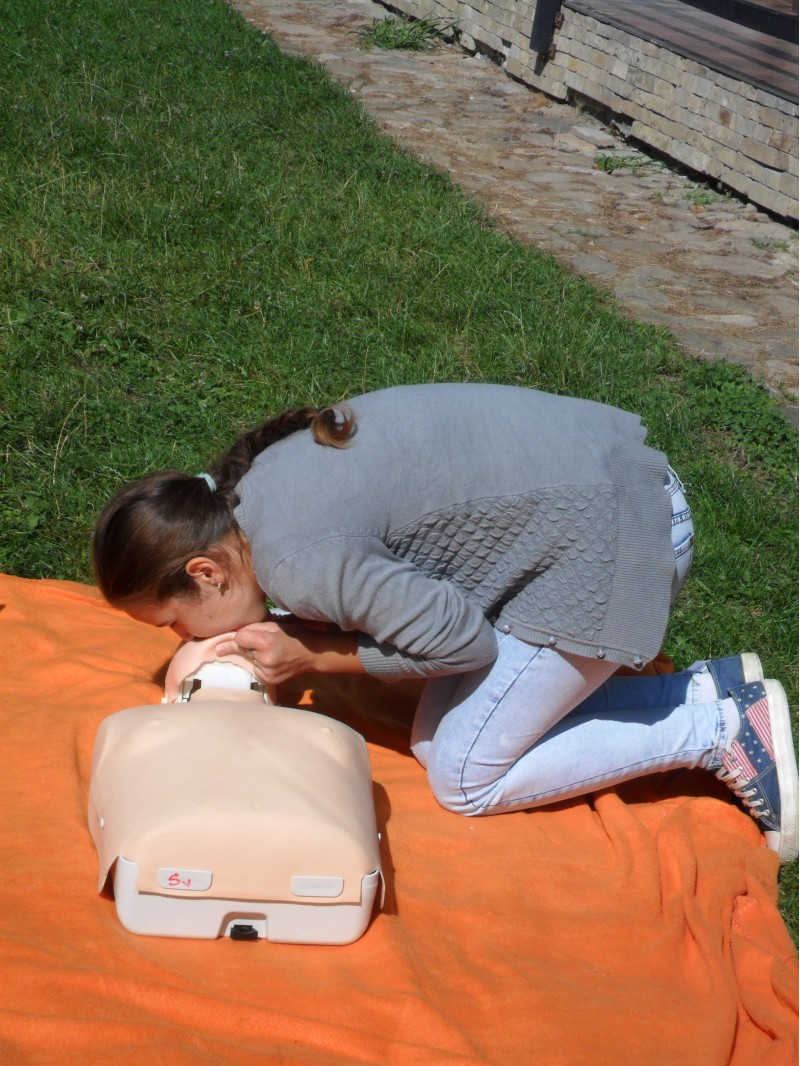O secventa din masajul cardio-respirator,respectiv respiratia gura la gura