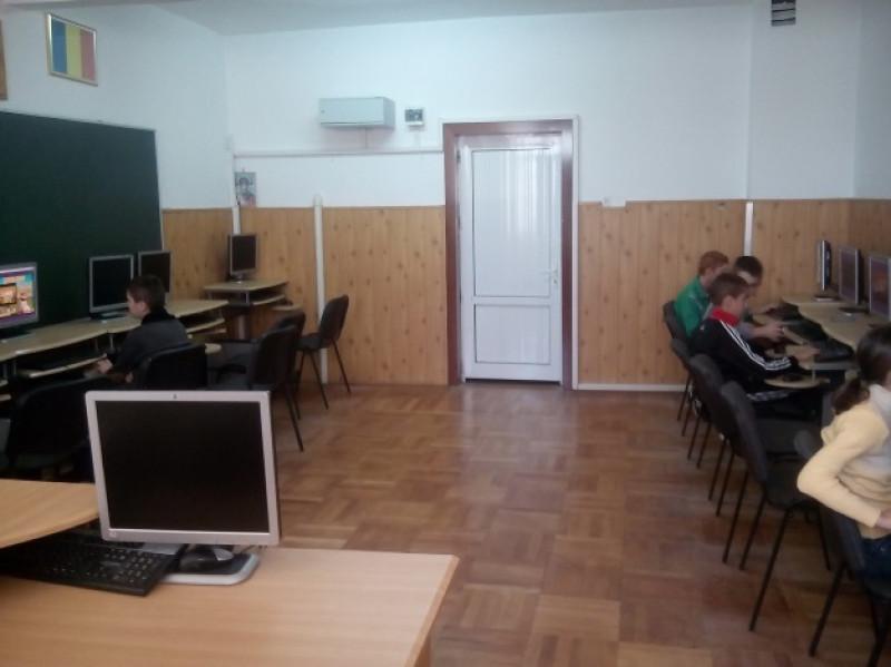 Cabinetul AeL este locaţia în care funcţionează la nivelul liceului acest sistem educaţional informatizat. Dotările sunt conform standardelor: mobilier modern, reţea de calculatoare performante cu acces la internet, sistem de videoproiecţie, totul pentru o pregătire de excepţie a elevilor.