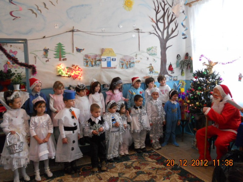 Copiii au intrat in lumea de basm a iernii, atent supravegheati de Mos Craciun