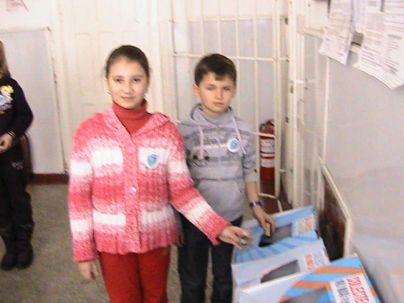 Elevi care recicleaza materiale