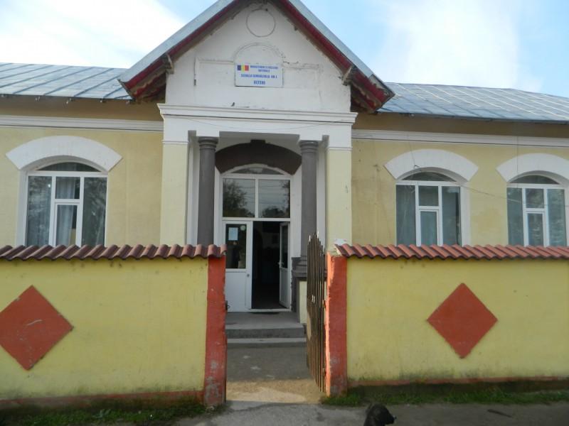 Intrarea principala in scoala gimnaziala nr 1 Olteni