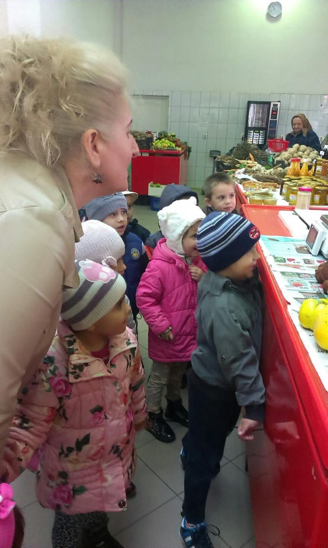 Cautam fructele in piata.
