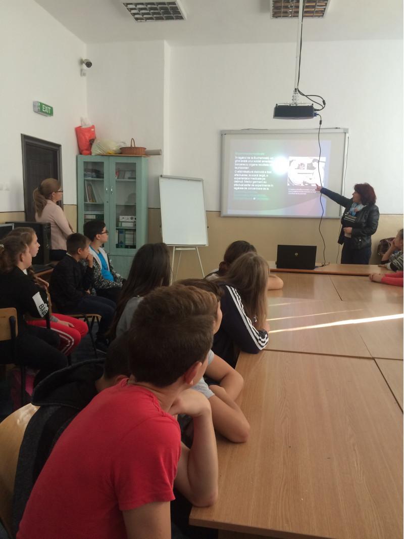 Elevii claselor a VII-a si a VIII-a au participat la activitatea de comemorare a victimelor Holocaustului. Scopul acesteia a constat in educarea tinerei generatii in spiritul umanitatii, al dreptatii dar mai ales al cunoasterii si respectarii drepturilor omului.