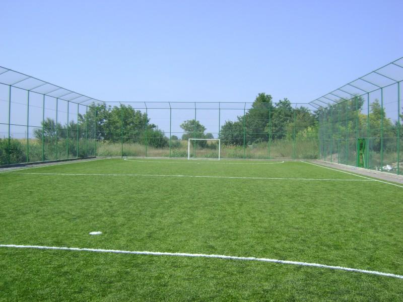 Teren de handbal și minifotbal cu gazon sintetic.
