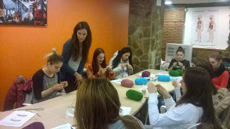 Grupul de fete lucrand individual