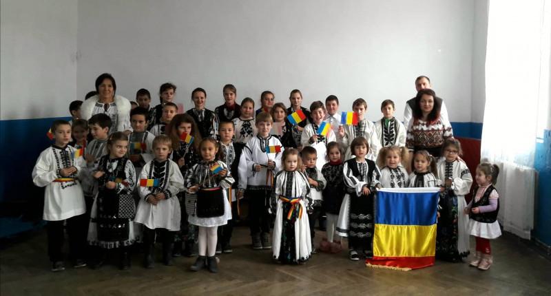 Și școala nostră a desfășurat activități dedicate Centenarului Unirii.                        La mulți ani, România!