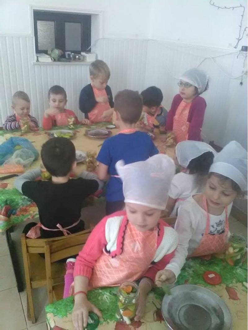 După observarea și degustarea unor legume de toamnă, copiii au primit informații despre cum putem să avem parte de vitaminele conținute de acestea și în anotimpul rece, și anume prin murarea lor.